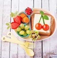 lancheira para crianças com legumes frescos, frutas, nozes, frutas foto