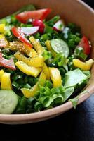 salada de legumes frescos na tigela foto