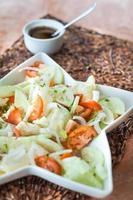 salada de legumes com pepino e tomate foto