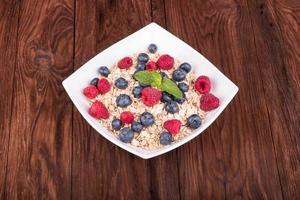flocos de aveia com frutas foto