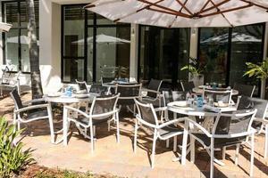 mesas e cadeiras de jantar ao ar livre foto
