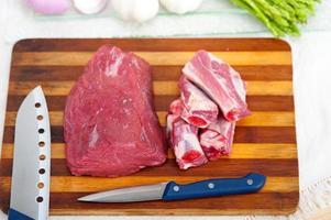 costelinha de porco e carne crua foto