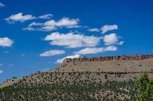 Butte ocidental com céu dramático