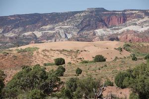 dunas de areia do deserto, gargantas e falésias, capitol reef national park, utah foto