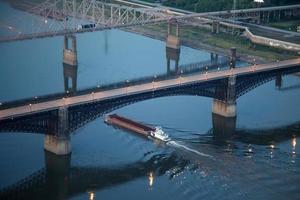 barcaça carregando grãos no rio Mississippi foto