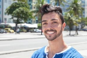 sonhando cara brasileiro em uma cidade moderna foto