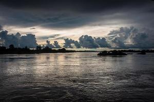 pôr do sol no rio mekong