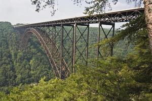 um lado na vista da nova ponte do desfiladeiro do rio foto