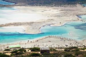 praia de areia branca pura em balos foto