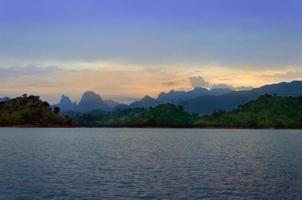 montanhas e atrações naturais do rio represa de ratchaprapha, surat