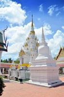 chedi no templo de wat phra borommathat chaiya em surat thani