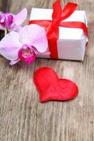 presente de feriado, orquídea e coração vermelho