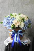 lindas flores na cesta