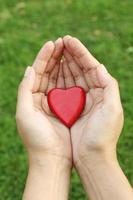 forma de coração vermelho nas mãos
