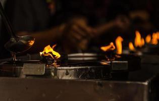 queimando velas em um templo budista