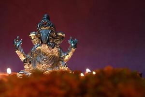 ídolo ganesh brilhando devido à lâmpada de óleo, época do festival