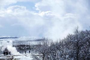 paisagem de gêiser no inverno na Islândia foto