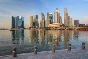 vista do horizonte da cidade de Singapura na marina bay foto