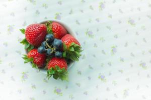 morangos e mirtilos em uma tigela foto