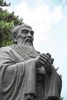 estátua de confúcio foto