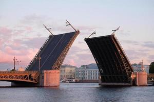 ponte do palácio aberto do rio neva foto