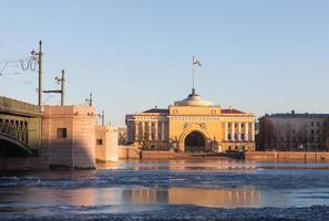 edifício do almirantado e ponte do palácio em st. petersburgo, sol da tarde foto