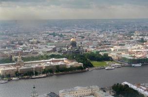 vista superior de uma grande cidade russa st. petersburg foto