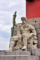 coluna rostral na ilha vasilyevskiy, st. petersburg, rússia foto