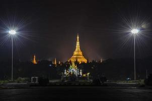 pagode shwedagon em distância foto