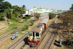 trem ferroviário circular deixa a estação ferroviária central de yangon em
