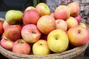 maçãs à venda no mercado local myanmar foto