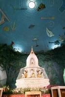 o interior do maha wizaya paya pagoda em yangon foto