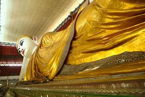 Buda em chaukhtatgyi em yangon myanmar. foto