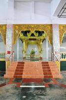 estátua de imagem de buda shin upagutta e chauk htat gyi pagoda foto