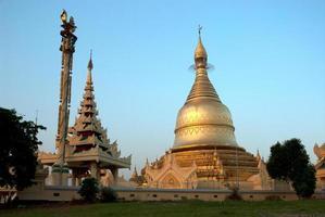 pagode dourado no templo de myanmar, yangoon. foto