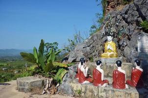 estátua de imagem de buda no mosteiro tai ta ya foto