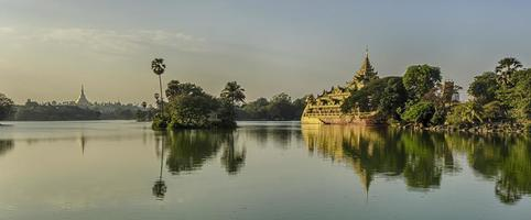 Lago kandawgyi, com vista para o pagode shwedagon, yangon, myanmar foto