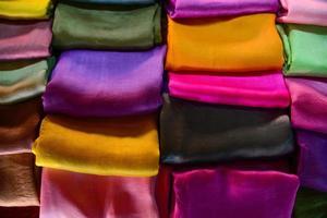 roupas tradicionais feitas de seda são vendidas no lago inle foto
