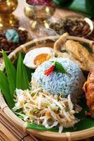 prato de arroz malaio nasi kerabu