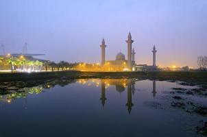 a mesquita tengku ampuan jemaah, bukit jelutong, mesquita da malásia ao nascer do sol. foto