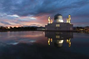 Mesquita de kota kinabalu cidade bonita ao nascer do sol em sabah, Malásia foto