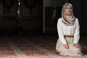 muçulmano rezando na mesquita foto