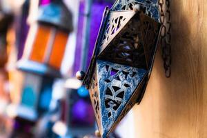 lâmpadas de lanternas marroquinas de vidro e metal no souq de Marraquexe foto