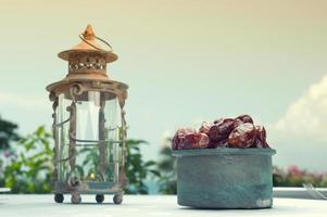 lâmpada do ramadã e datas frutas ainda vida foto