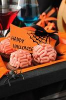 biscoitos com cérebros de maçapão para o halloween foto