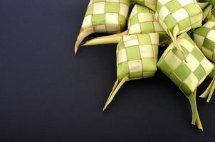 ketupat (bolinho de arroz) em fundo preto foto