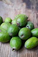 fruta feijoa verde na mesa de madeira