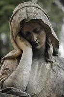 estátua de mulheres na tumba foto