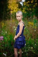 menina linda em um prado foto