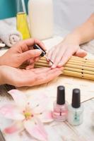 técnico de unhas, dando ao cliente uma manicure